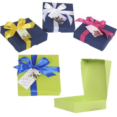 Картонна коробка, стрічка та бірка